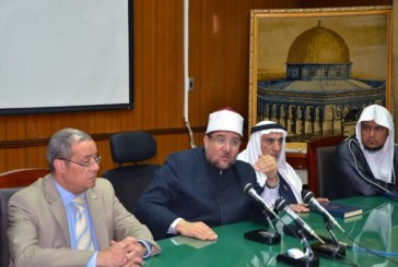 <center> وزير الأوقاف يجتمع <br/> بالمحكمين والمتسابقين <br/> في المسابقة العالمية للقرآن الكريم <br/> ويهديهم بعض إصدرات الأوقاف <br/> والمجلس الأعلى للشئون الإسلامية <center/>