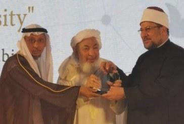 <center>تكريم وزير الأوقاف بدولة الإمارات لكونه أحد أكثر العلماء تأثيرًا في نشر ثقافة السلام العالمي<center/>